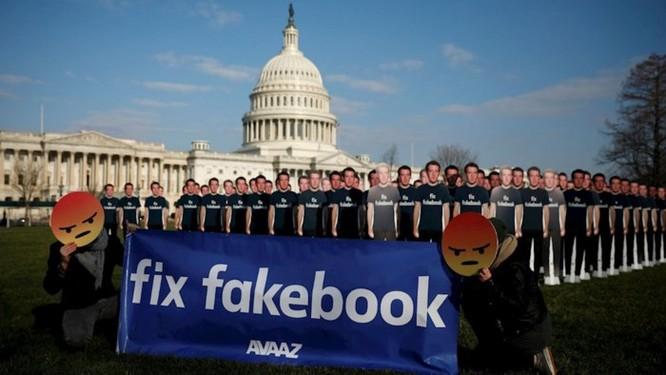 Hàng loạt người biểu tình đeo mặt nạ Zuckerberg và áo phông 'Fix Fakebook' tại Anh ảnh 1