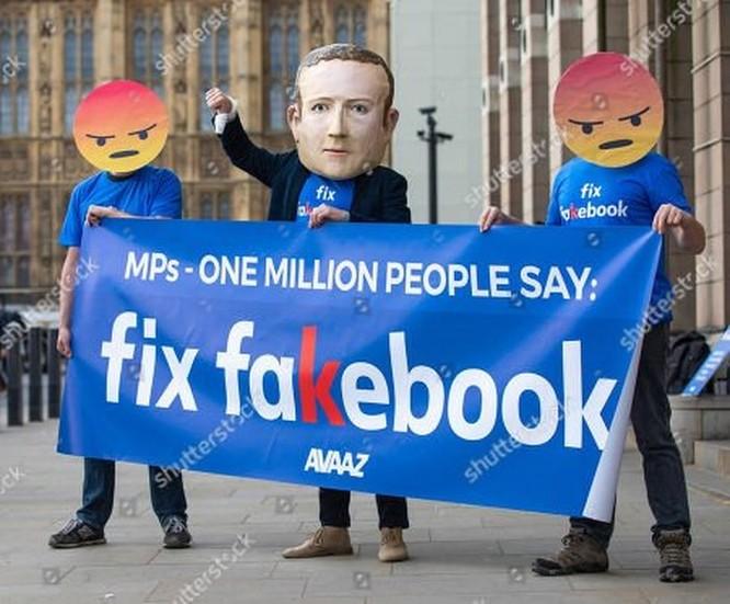Hàng loạt người biểu tình đeo mặt nạ Zuckerberg và áo phông 'Fix Fakebook' tại Anh ảnh 2