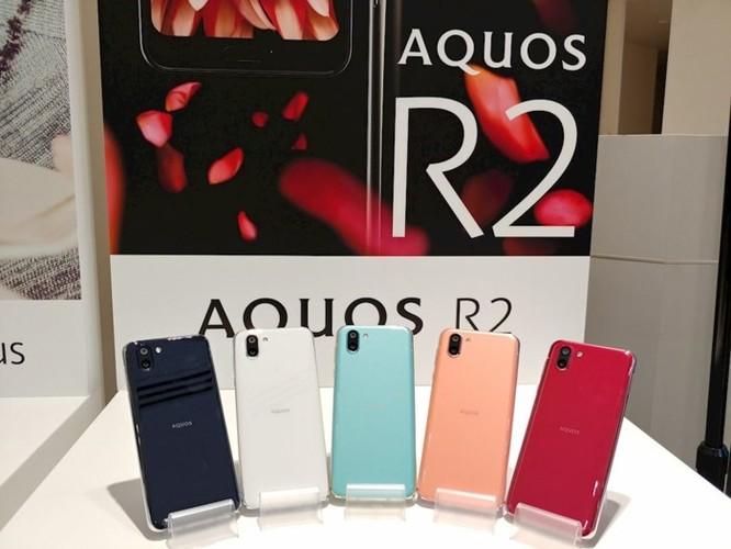 Trên tay Sharp Aquos R2: smartphone đầu tiên trên thế giới có thể quay video và chụp ảnh đồng thời thông qua camera góc rộng. ảnh 1