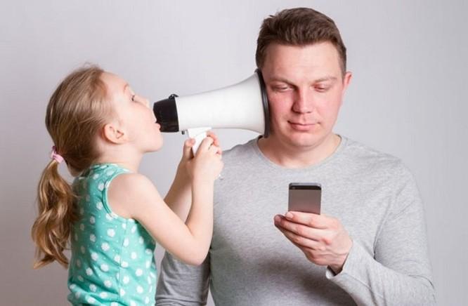 Nghiên cứu: smartphone khiến các phụ huynh ít quan tâm hơn tới con cái ảnh 1