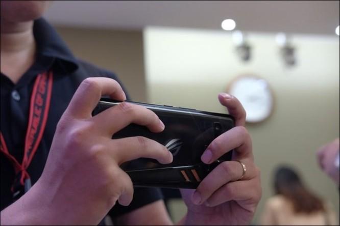 Hình ảnh chi tiết ROG Phone, smartphone chơi game đầu tiên của Asus ảnh 4