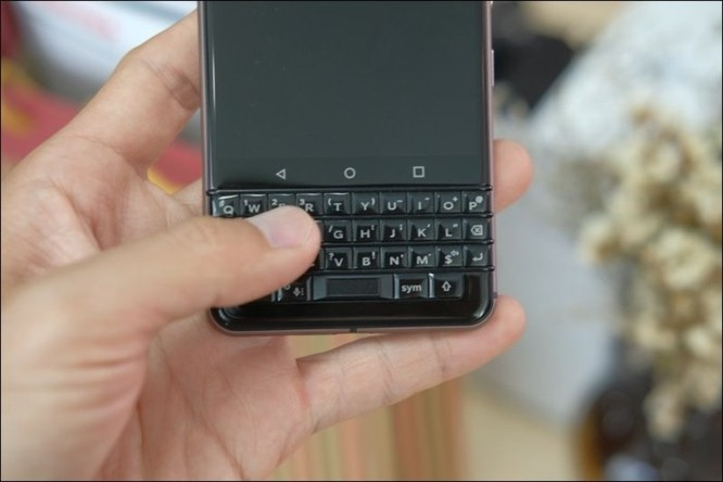 Trải nghiệm BlackBerry Keyone Bronze: bản sắc Dâu đen ảnh 2