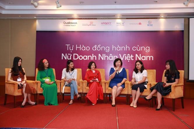 Đại diện Qualcomm và Quỹ Cherie Blair Foundation for Women cùng các doanh nhân nữ chia sẻ thông tin tại lễ ra mắt.
