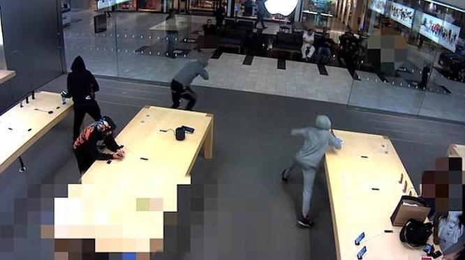 5 người đàn ông cướp 21 chiếc iPhone tại cửa hàng ảnh 1