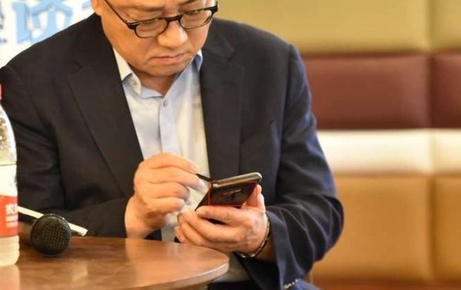 Galaxy Note 9 bị phát hiện đang được CEO Samsung sử dụng tại một cuộc họp báo ảnh 2
