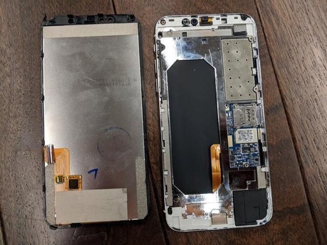 Tá hỏa vì những thứ bên trong chiếc iPhone X 2,3 triệu đồng ảnh 4