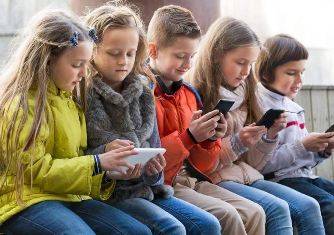 Pháp cấm học sinh mang smartphone, tablet đến trường học ảnh 1