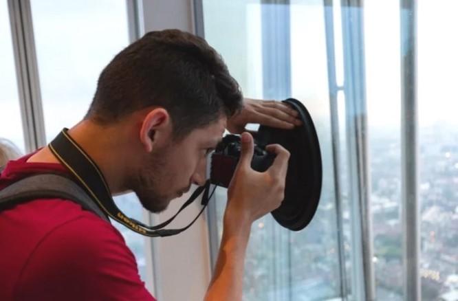 Phụ kiện thú vị này sẽ giúp bạn thoải mái sống ảo khi phải chụp hình qua gương kính ảnh 1