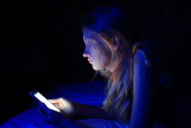 Nhìn smartphone nhiều có thể mù mắt tạm thời ảnh 1