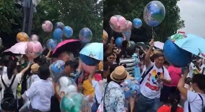 Cư dân mạng phẫn nộ vì đám đông du khách Trung Quốc lao vào cướp bóng bay tại Disneyland ảnh 1