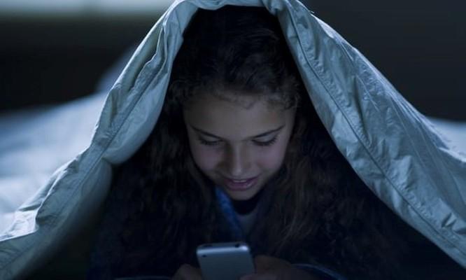 Bố mẹ phàn nàn con cái 'dắn mắt' vào điện thoại, nhưng họ thì sao? ảnh 1