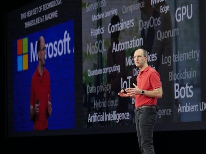 Vì sao vị giám đốc này của Microsoft chỉ toàn mặc áo đỏ suốt thập kỷ qua? ảnh 1