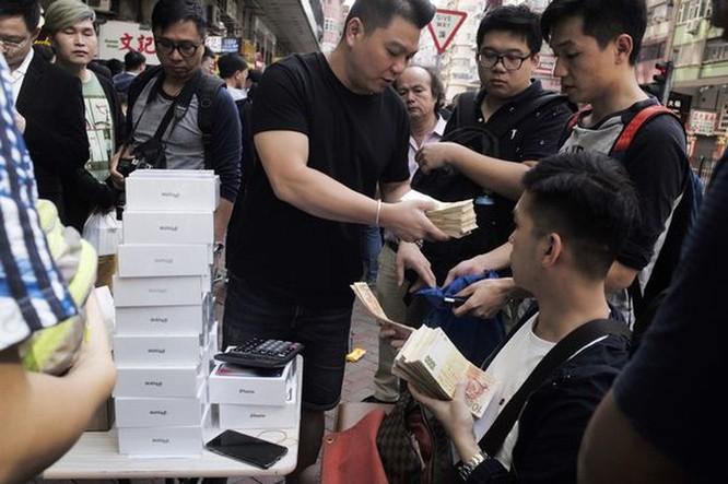 Hồng Kông: iPhone XS bày bán như bán rau ảnh 1