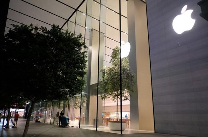 Người VN xếp hàng sớm ở Apple Store mua iPhone XS bị giải tán ảnh 1