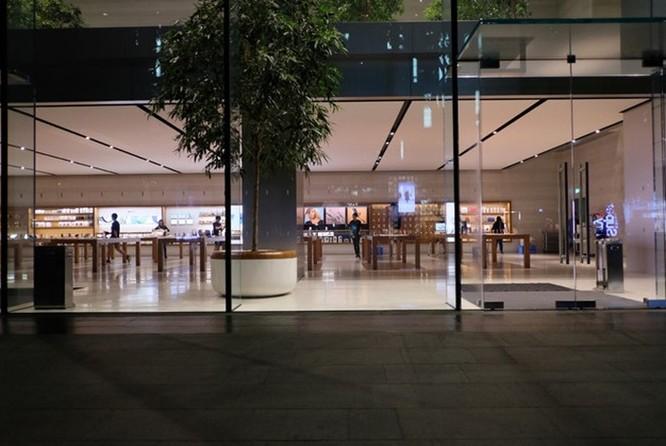 Người VN xếp hàng sớm ở Apple Store mua iPhone XS bị giải tán ảnh 2
