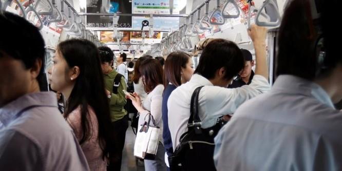 Gần 70% người trẻ Nhật Bản sợ bị người khác nhìn ảnh 1