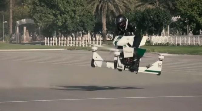 Cảnh sát Dubai tập sử dụng xe bay để bắt tội phạm ảnh 7