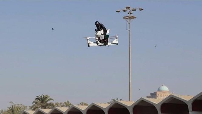 Cảnh sát Dubai tập sử dụng xe bay để bắt tội phạm ảnh 4
