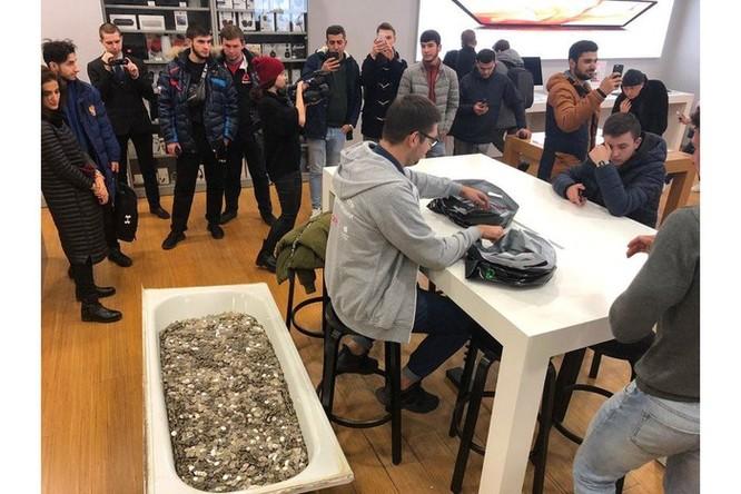 Nhóm thanh niên Nga mang bồn tắm đầy tiền xu mua iPhone XS ảnh 1