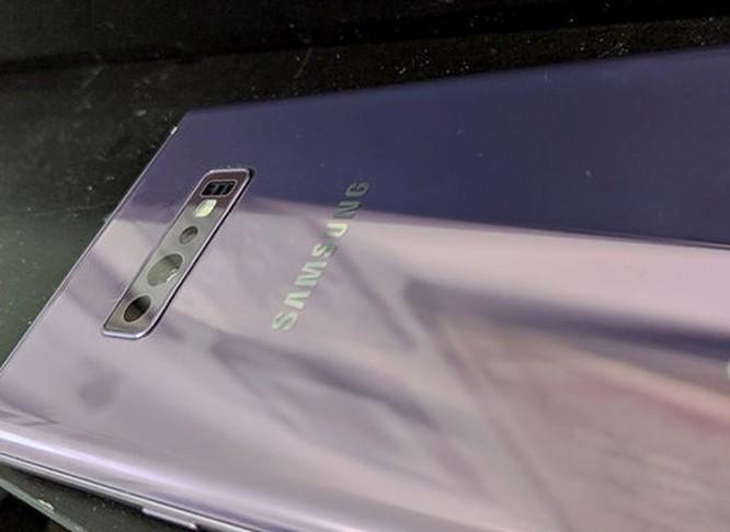 Galaxy S10 lộ ảnh thực tế với 3 camera sau ảnh 1