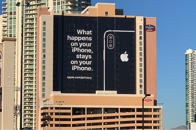 Apple treo biển quảng cáo khổng lồ đá đểu Google, Amazon tại CES ảnh 1