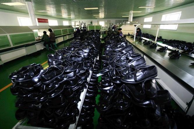 Bên trong nhà máy sản xuất giày của Triều Tiên ảnh 15