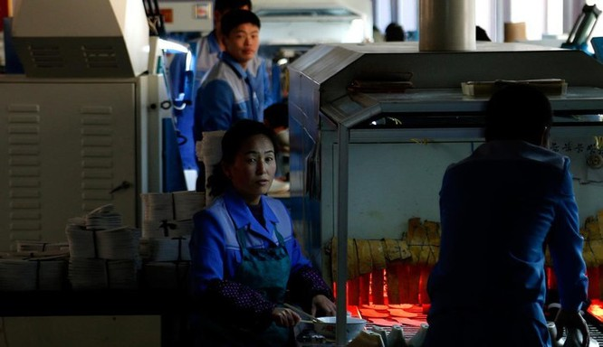 Bên trong nhà máy sản xuất giày của Triều Tiên ảnh 5