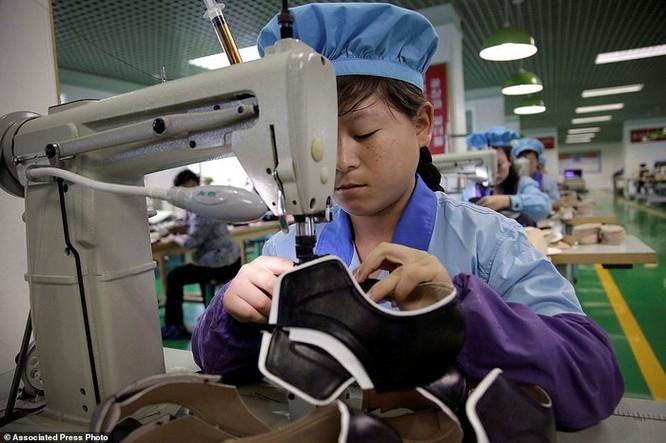 Bên trong nhà máy sản xuất giày của Triều Tiên ảnh 13