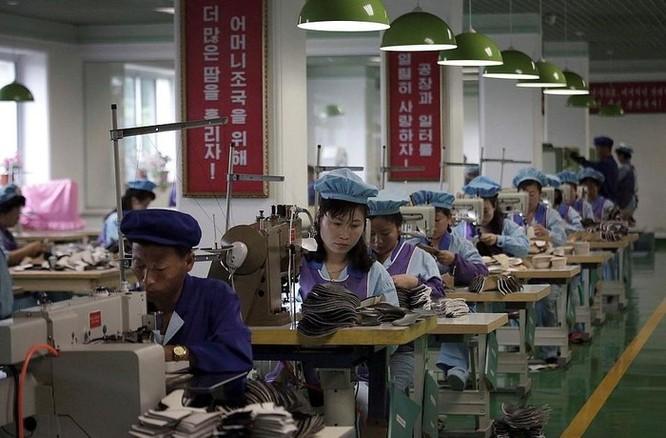 Bên trong nhà máy sản xuất giày của Triều Tiên ảnh 10