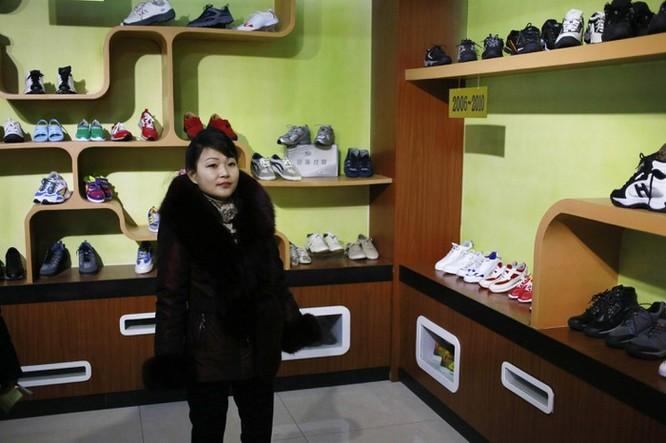 Bên trong nhà máy sản xuất giày của Triều Tiên ảnh 8