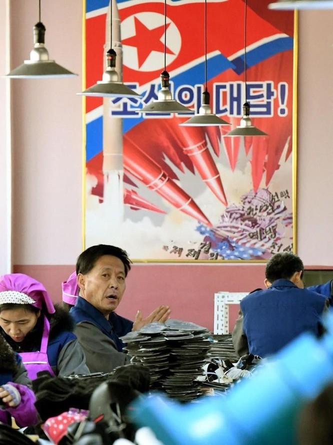 Bên trong nhà máy sản xuất giày của Triều Tiên ảnh 2