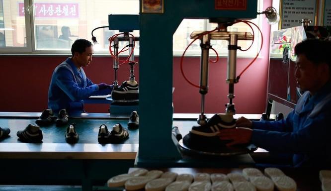 Bên trong nhà máy sản xuất giày của Triều Tiên ảnh 6