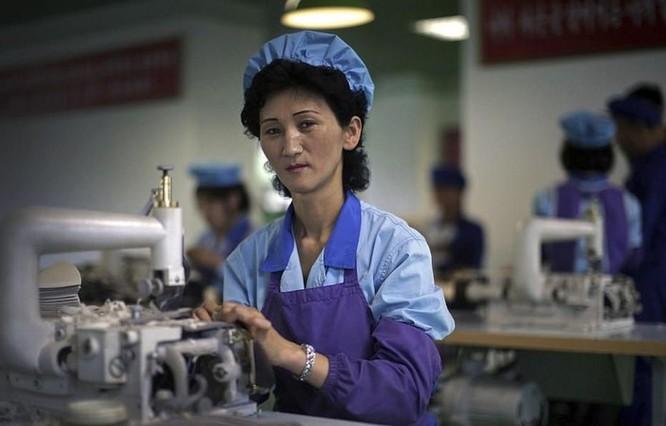 Bên trong nhà máy sản xuất giày của Triều Tiên ảnh 14