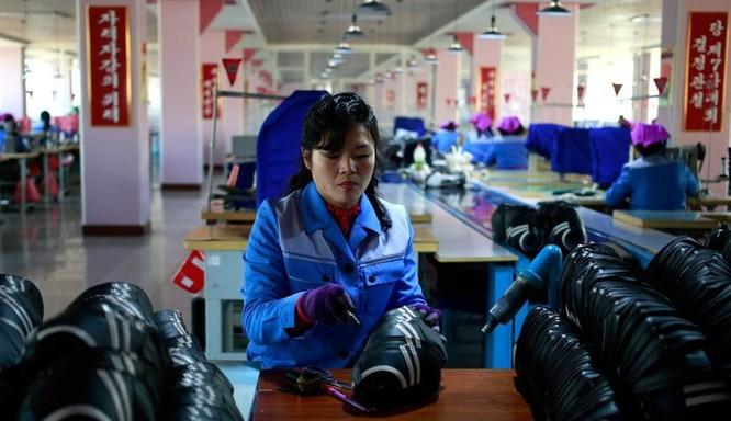 Bên trong nhà máy sản xuất giày của Triều Tiên ảnh 3