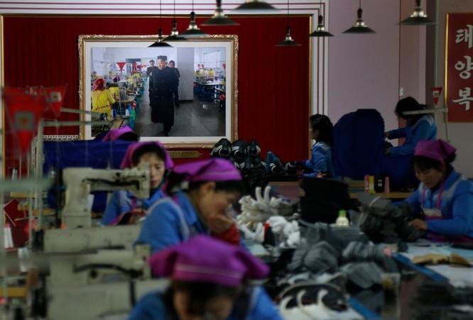 Bên trong nhà máy sản xuất giày của Triều Tiên ảnh 1