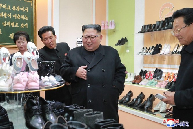 Bên trong nhà máy sản xuất giày của Triều Tiên ảnh 9