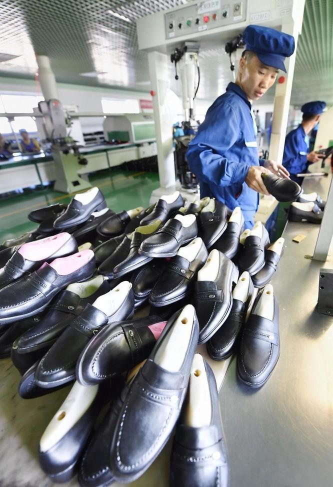 Bên trong nhà máy sản xuất giày của Triều Tiên ảnh 11