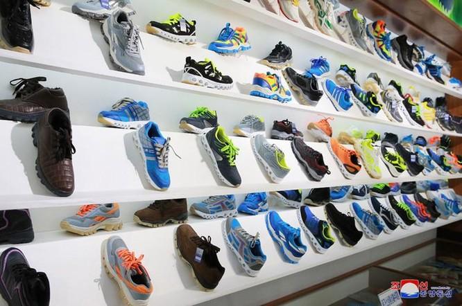 Bên trong nhà máy sản xuất giày của Triều Tiên ảnh 7