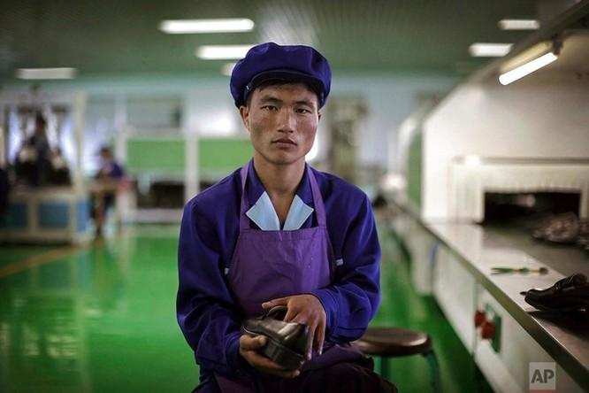Bên trong nhà máy sản xuất giày của Triều Tiên ảnh 12