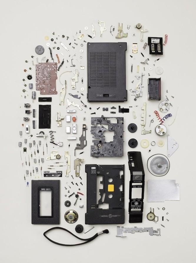 Vẻ đẹp của điện thoại, máy tính khi bị tháo tung thành nhiều mảnh ảnh 9