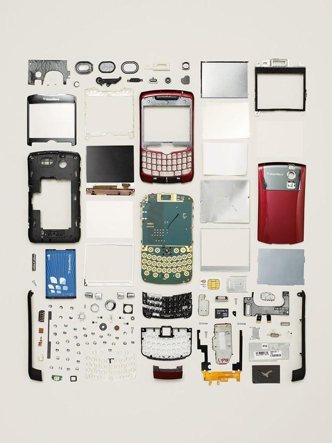 Vẻ đẹp của điện thoại, máy tính khi bị tháo tung thành nhiều mảnh ảnh 7