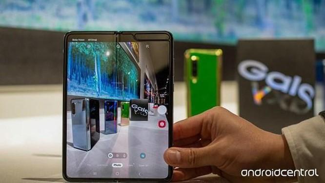 Điện thoại gấp có giá 2000 USD của Samsung dễ bị hỏng, vỡ ảnh 1