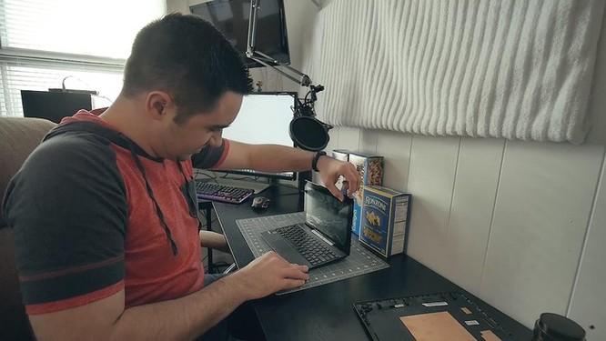 YouTuber nghe lời vợ chế tạo vỏ máy tính bằng mì ống ảnh 2
