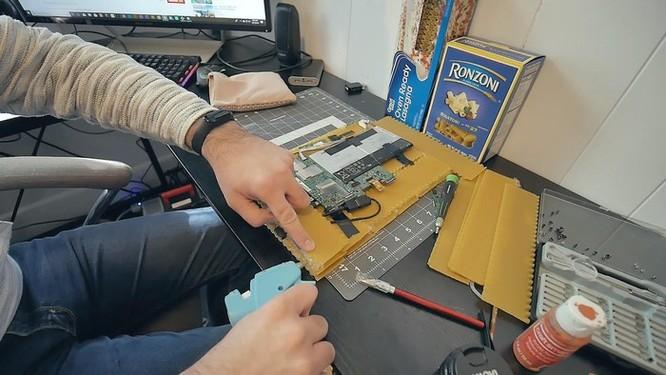YouTuber nghe lời vợ chế tạo vỏ máy tính bằng mì ống ảnh 4