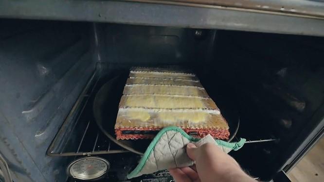 YouTuber nghe lời vợ chế tạo vỏ máy tính bằng mì ống ảnh 6