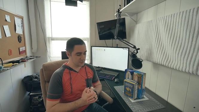 YouTuber nghe lời vợ chế tạo vỏ máy tính bằng mì ống ảnh 1