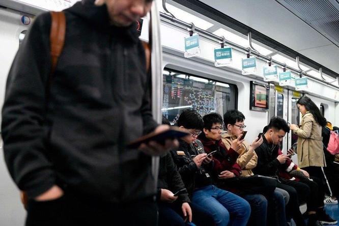 Ngồi dạng chân trên tàu tại Trung Quốc sẽ bị 'đưa vào sổ đen' ảnh 1