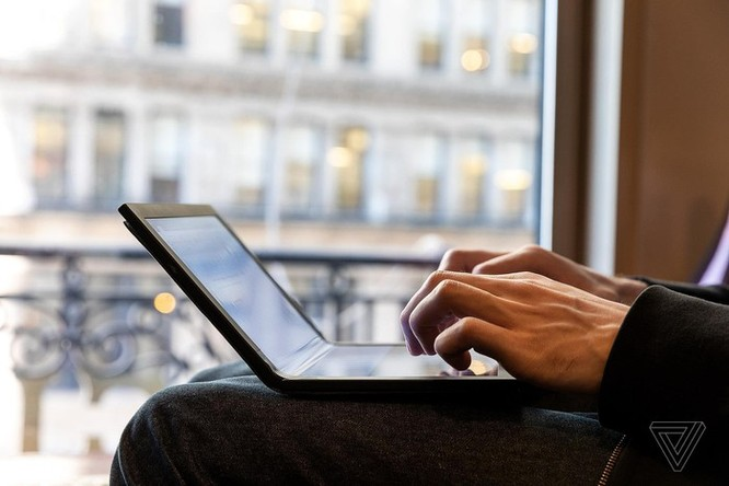 Đây là chiếc laptop màn hình gập đầu tiên trên thế giới ảnh 4