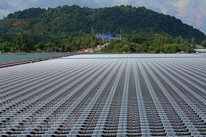 Nhà máy điện Mặt Trời đầu tiên được lắp đặt trên mặt hồ phát điện ảnh 1