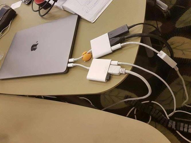 Đế màn hình giá nghìn USD của Apple thành trò cười trên mạng ảnh 2